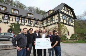 Wiedeking Stiftung - Wendeling Wiedeking und Uwe Hück übergeben einen Scheck an das Seehaus Leonberg