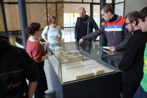 Frau Krause (Besucherdienst) erläutert die Landtagsgebäude am Modell